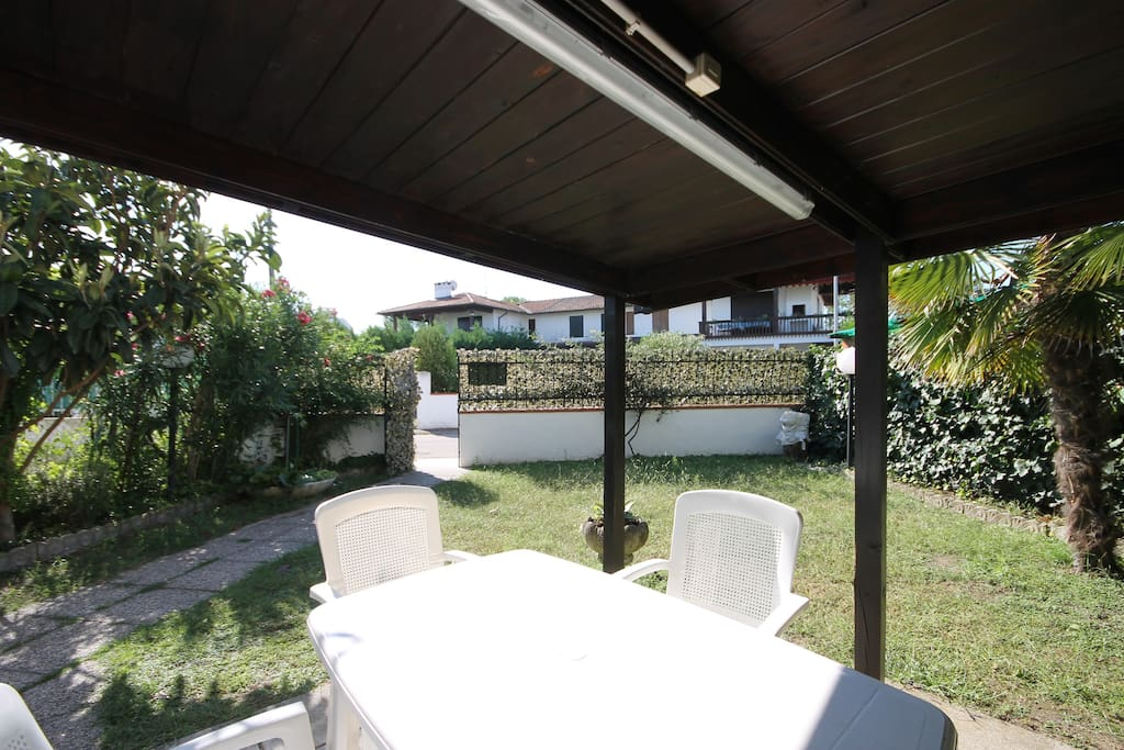 Giardino privato con mobili da giardino sotto al gazebo