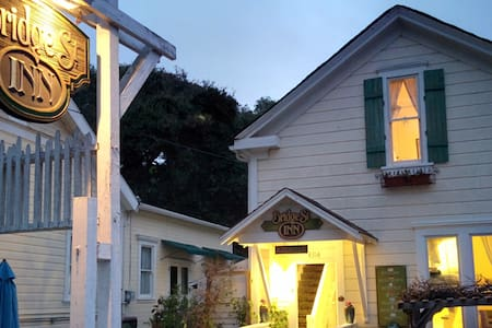 Bridge St. Inn Queen Room w/shared bath in Cambria - Bed & Breakfast