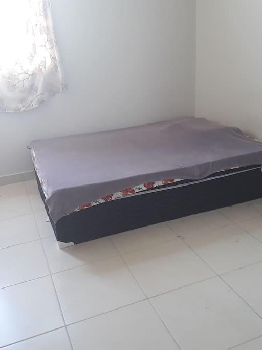 Cama disponível no quarto
