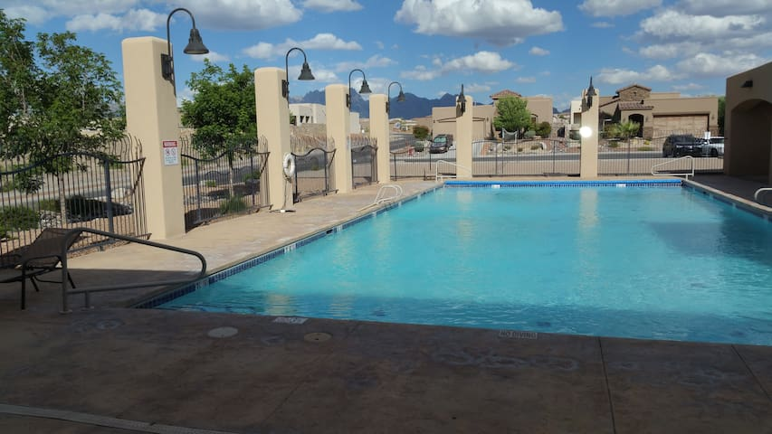 Gated Resort Home w Pool  and Clubhouse - Las Cruces - Hus