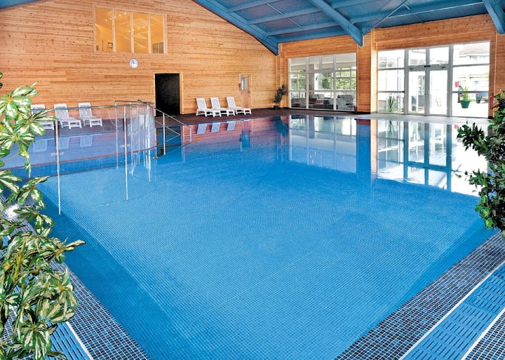 Honey Cottage, sleeps 4, pool, gym, beach 6 miles