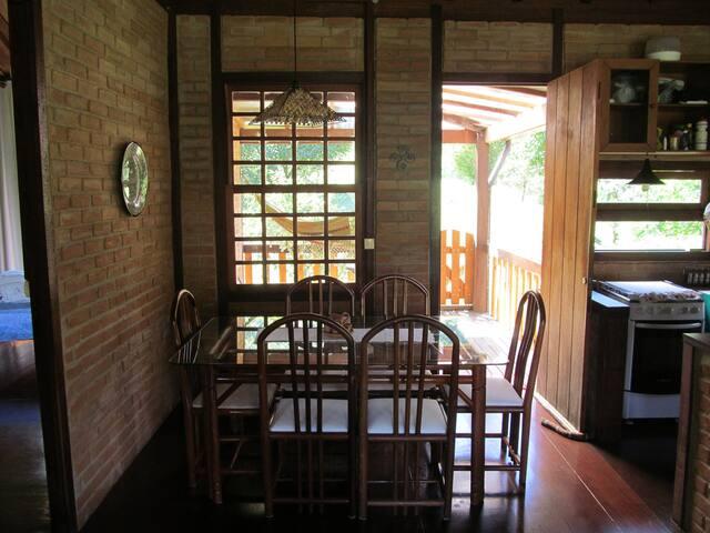 Sala de jantar (mesa com 6 cadeiras)