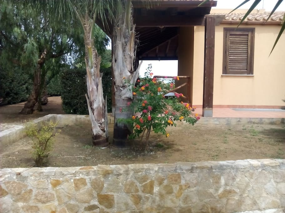 Giardino lato ingresso