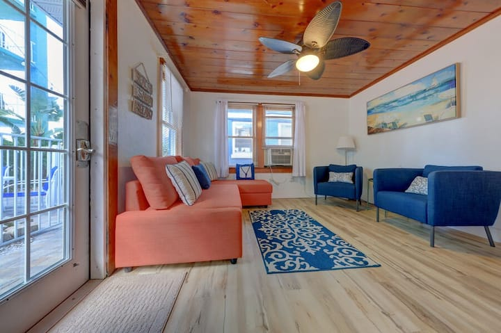 The Reef Quaint Beach Cottage steps to the sand! 2bdrm 1bath with pool