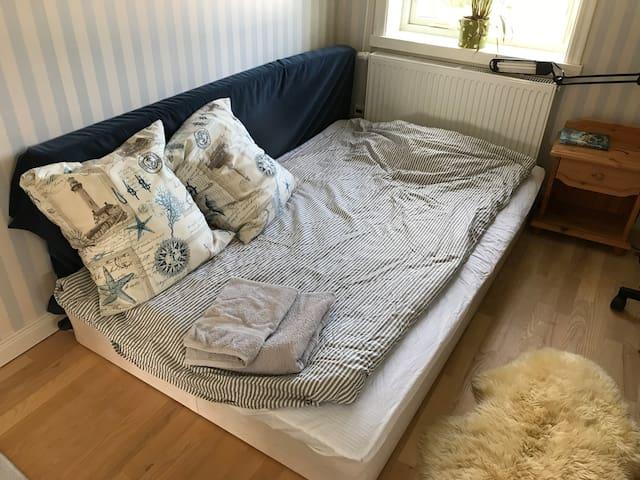 Sovrum med 105cm säng