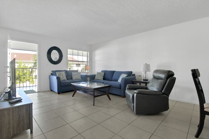 Condo With Heated Pool, Beaches Only Minutes Away