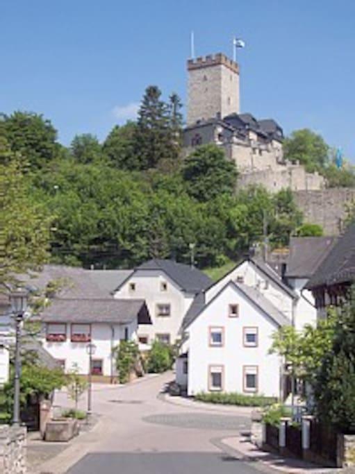 Die Dorfmitte mit Burg