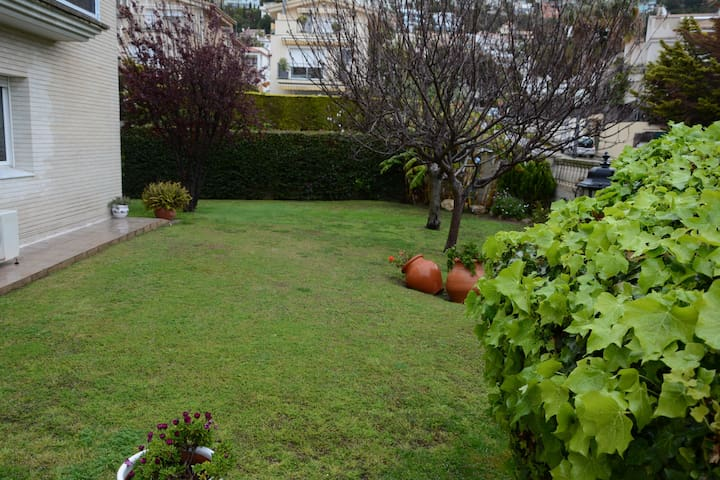 Mediterranean house garden and pool - Sitges - Dům