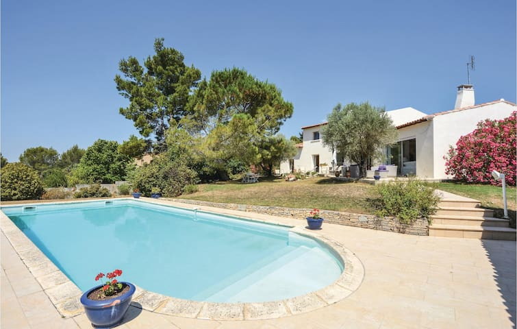 Holiday cottage with 5 bedrooms on 200m² in Nîmes