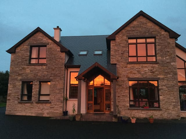 Large house big rooms total peace - Letterkenny - House