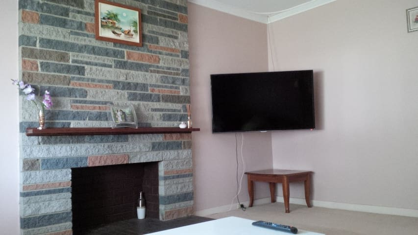 Traditional & Convenience Queen Private Bedroom - Cloverdale - Talo