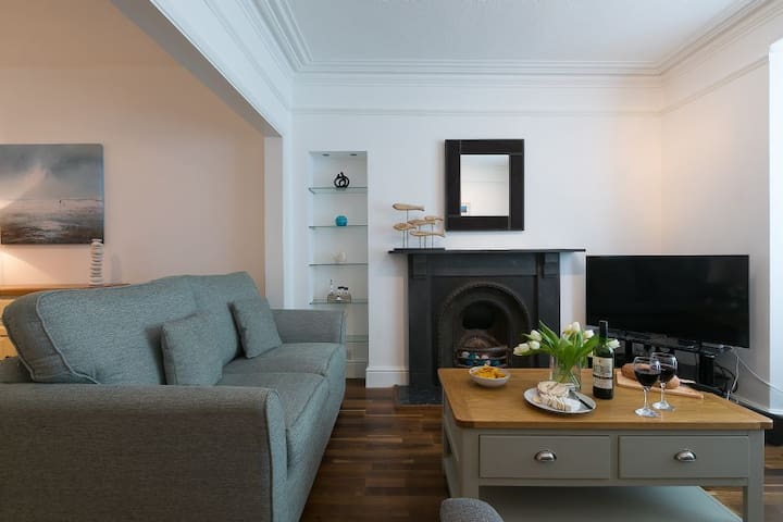 Pebbles Central St Ives with Off Site Parking - Pet Friendly
