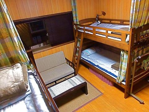 青島ゲストハウス風樹 ドミトリールーム ベッド計8台のベッド1台