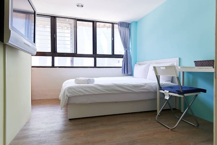 RoomB7  Great location , near MRT Gongguan.