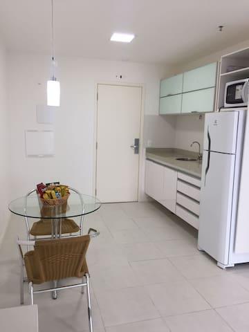 Cozinha americana com geladeira e microondas