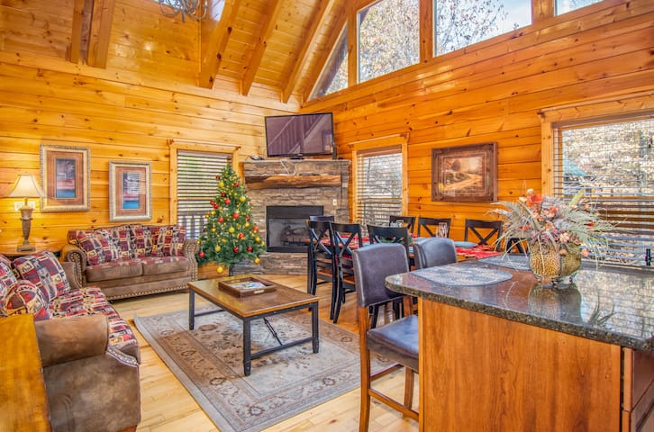 Serene Cabin w View, Hot Tub, GameRoom for 16