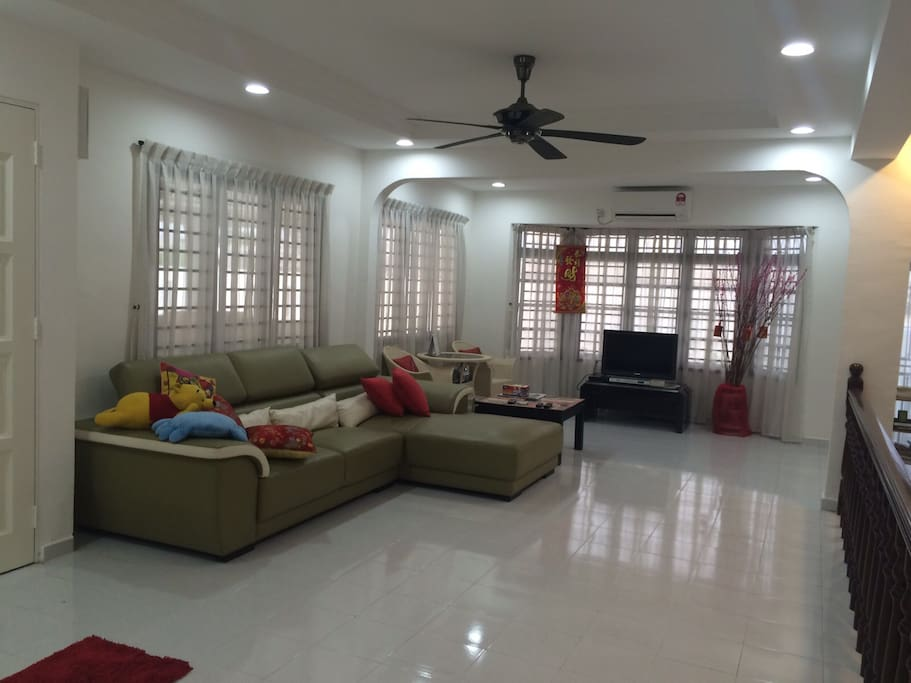 Large living room suitable for hosting your guests