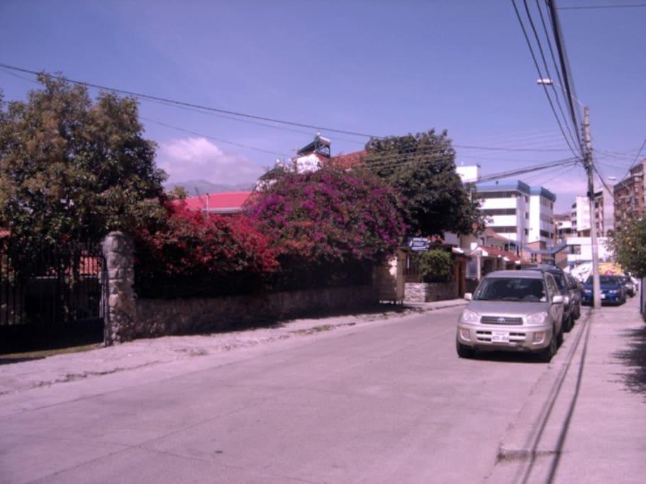 LA CALLE Es una calle tranquila, tenemos un poco mas de movimiento a las 7h00 y 12h30