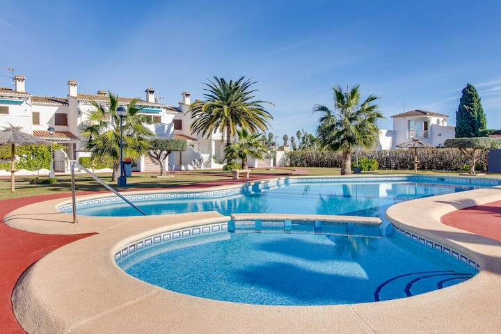 Breezy bungalow with shared pool and garden only a short walk from the beach!