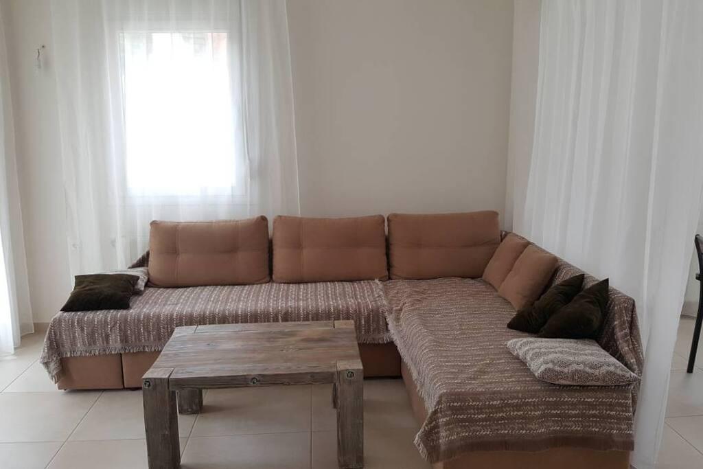 Большой диван - трансформер, который можно использовать как двухспальную кровать, журнальный столик.