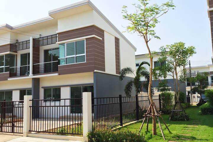 Cozy Home in ChiangMai nice Gardens - Chiangmai - Townhouse