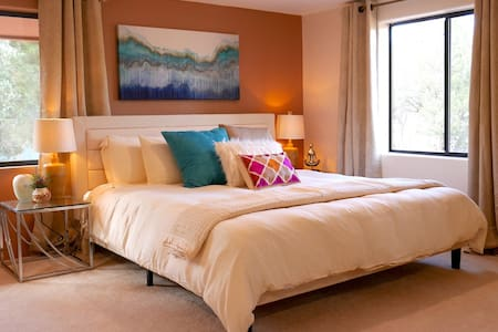 Spacious King Bed Suite & Fantastic Location!