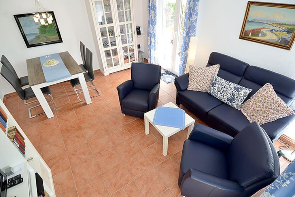 Das moderne Wohnzimmer der Wohnung 3 in der Residenz Falkenberg in Sellin.