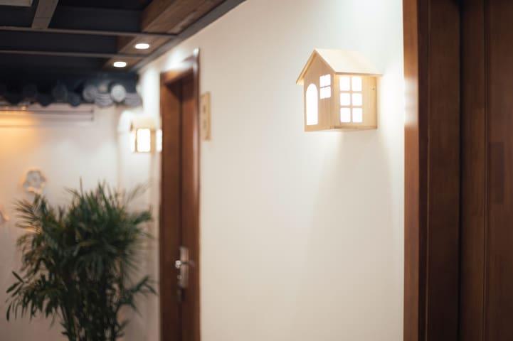 文昌商圈 临近东关街 瘦西湖 ❤️做好一切准备就等你来❤️3房3卫 厨房客厅和院子的-青雨民宿