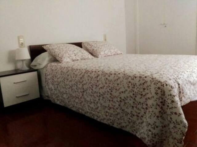 habitacion de matrimonio, con aire acondicionado y un gran armario.