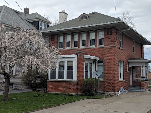 Comfortable 3-br house in Syracuse. Dogs welcome.