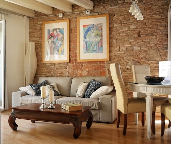 Explore Old Barcelona from a Loft-Style Studio ¤
