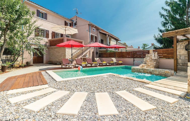 Terraced house with 4 bedrooms on 140m² in Peresiji