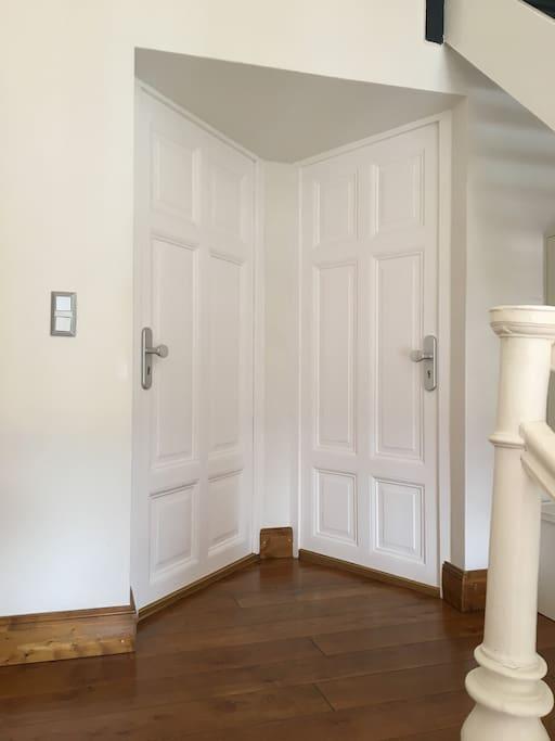 Eingangsbereich, Tür links geht in die Wohnung 1