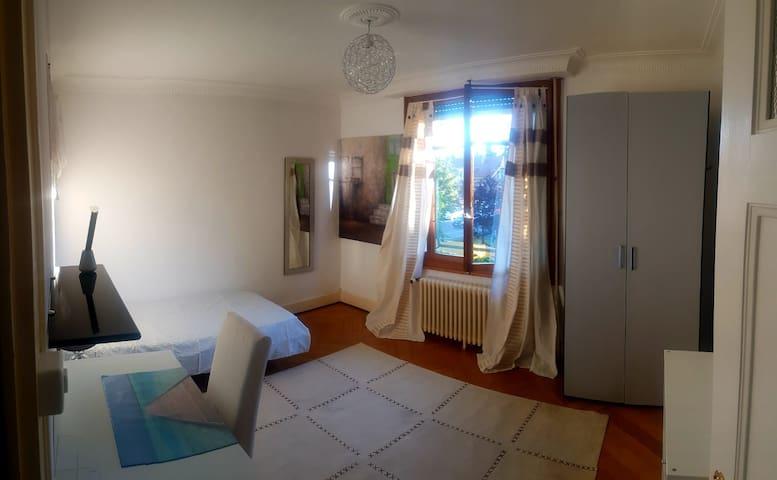 Chambre dans grande Villa / Room in big house