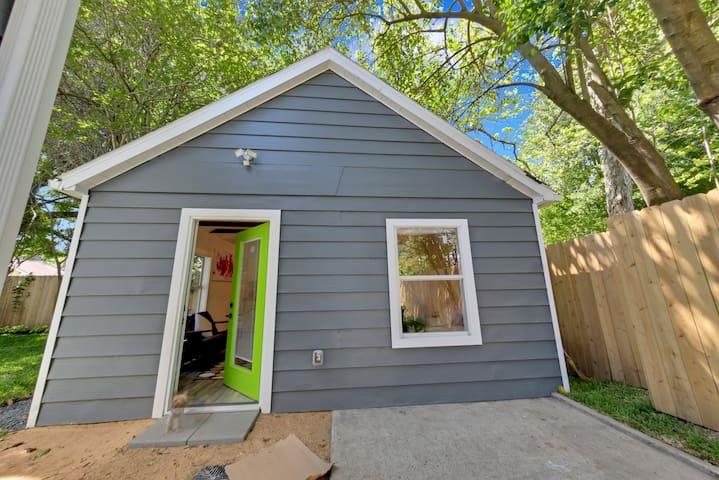 HIP Modern Garage Apartment 9 mins to Downtown