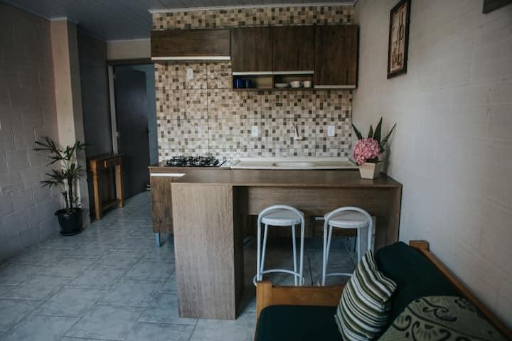 Apto 1 dorm a 300 mts mar, com cozinha privativa.