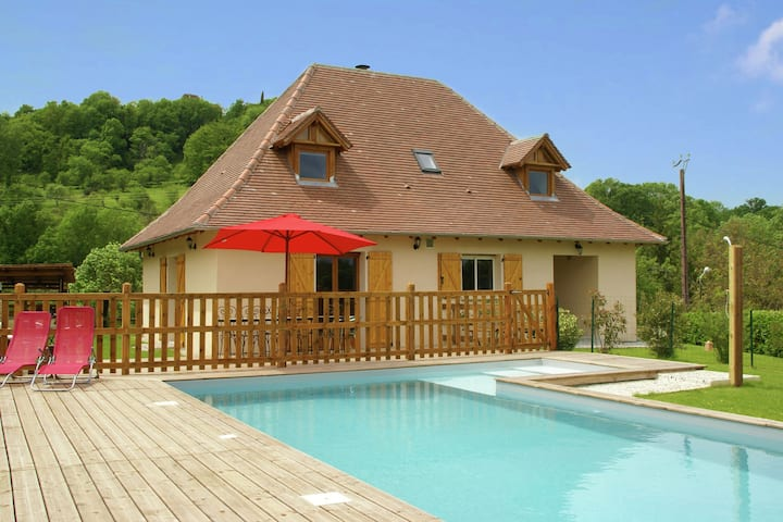Picturesque Holiday Home in Loubressac with Swimming Pool