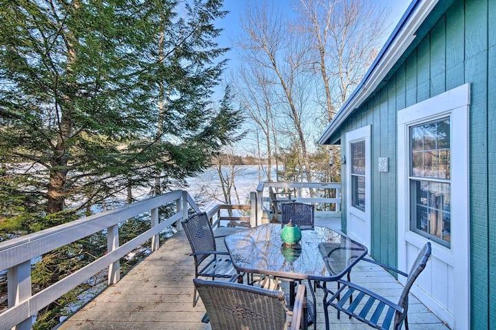 Cozy, modern lakehouse winter getaway w/spa tub