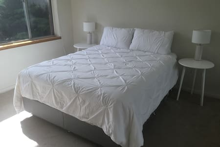 Beautiful Peaceful Private Room Near City - Daire