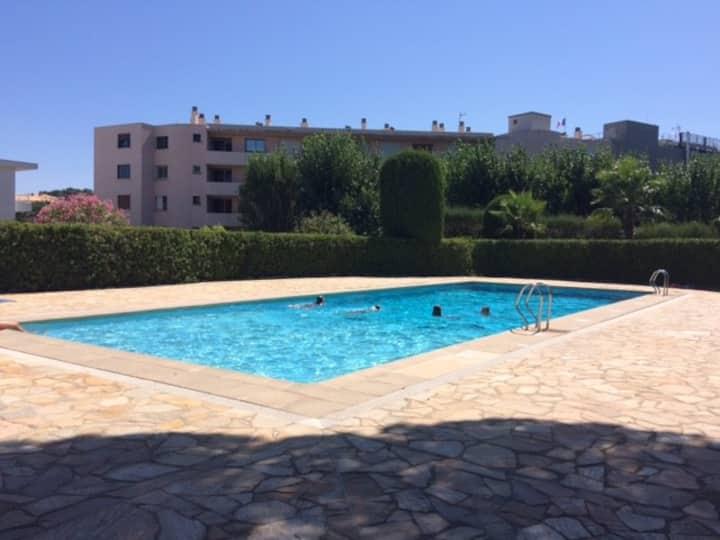 studio neuf + piscine & parking. 2min de la plage