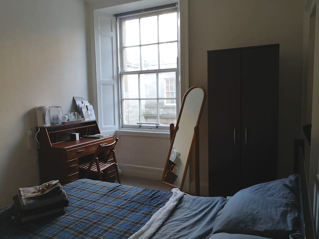 Double bedroom in Edinburgh close to city centre