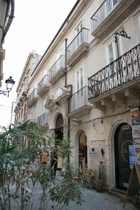Facciata frontale con vista dei balconi dell'appartamento