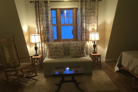 Warm and cozy cottage suite near Whyte Avenue - Edmonton - Guesthouse