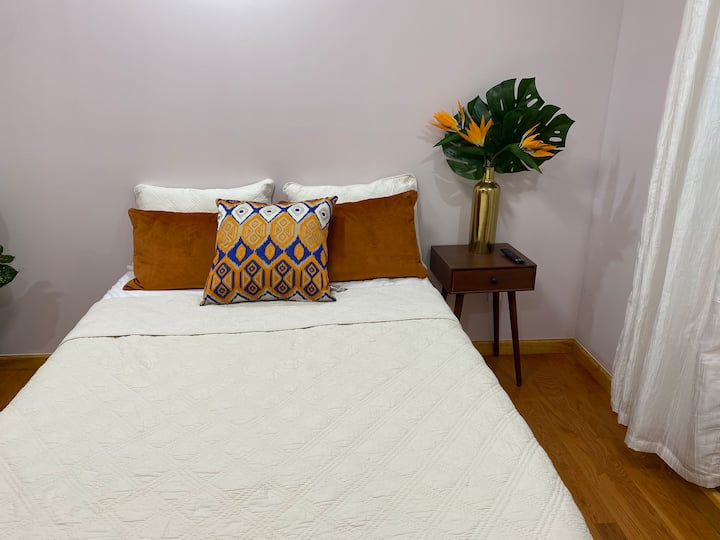 clean/comfortable room:6 min LGA, 12 min from JFK