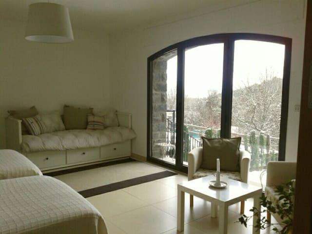 """Gran habitacion """"Las Ardillas"""", con dos camas individuales (grandes) y sofá cama individual / matrimonio, armario espacioso y baño propio."""