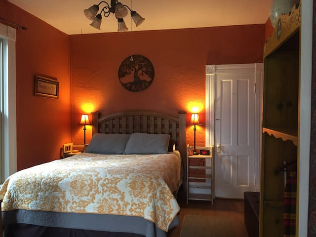 Jazzy B Suite~Historic, Private, Eco/Pet-friendly