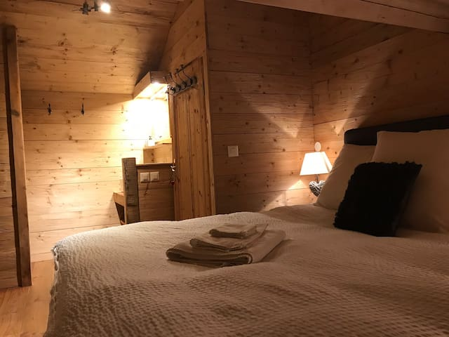@HOME BnB Newly refurbished chalet chic, cosy room