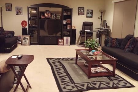 ONE BEDROOM IN A BASEMENT IN QUIET NEIGHBORHOOD - Bowie - บ้าน