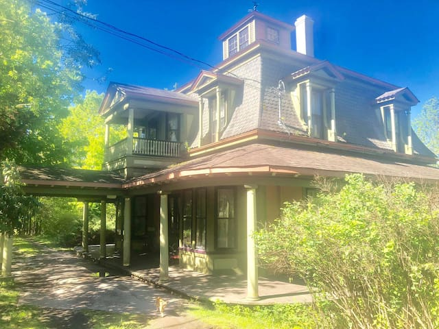The Hummingbird Home and Our Farmacy  King Room