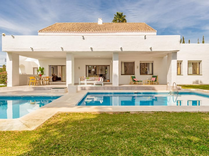 Luxury VILLA 13 Puerto Banus great location beachside for family or party people
